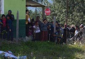 Vecinos observan los cuerpos de los albañiles que murieron intoxicados en El Rancho, Aguacatán. (Foto Prensa Libre: Mike Castillo)