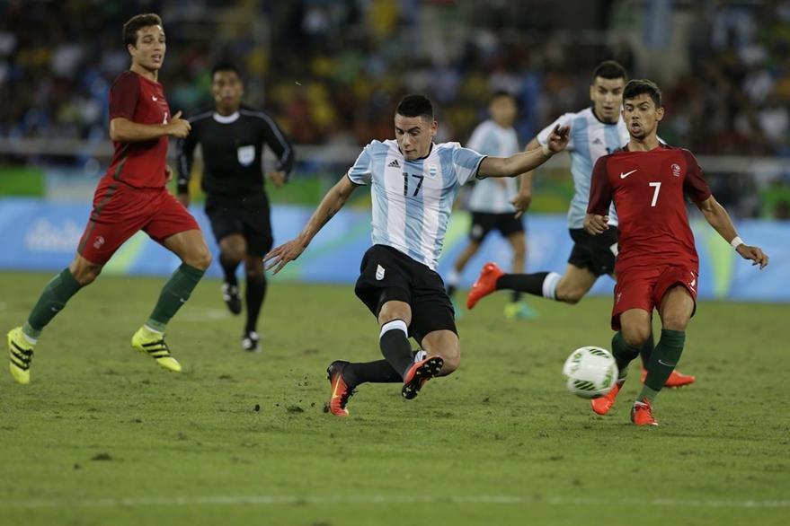 Mauricio Martínez de Argentina, intenta dominar el balón durante el duelo que perdieron frente a Portugal. (Foto Prensa Libre: AP)