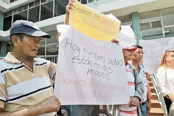 Pacientes renales hicieron varias protestas, como un plantón frente a las oficinas centrales del IGSS, en rechazo al servicio prestado por Droguería Pisa. Exigieron rescindir el contrato.