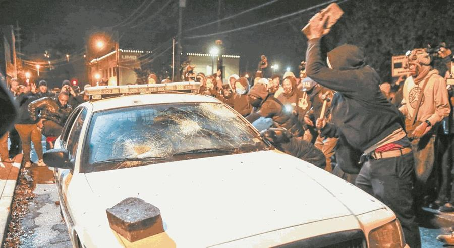 Destrozan auto policial en Ferguson, Misuri, en 2014. (Foto: EFE/Alexey Furman)