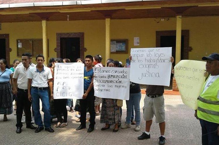 Trabajadores de la Municipalidad de Santo Tomás La Unión, Suchitepéquez, protestan por impago de cuatros meses de salarios. (Foto Prensa Libre: Melvin Popá)