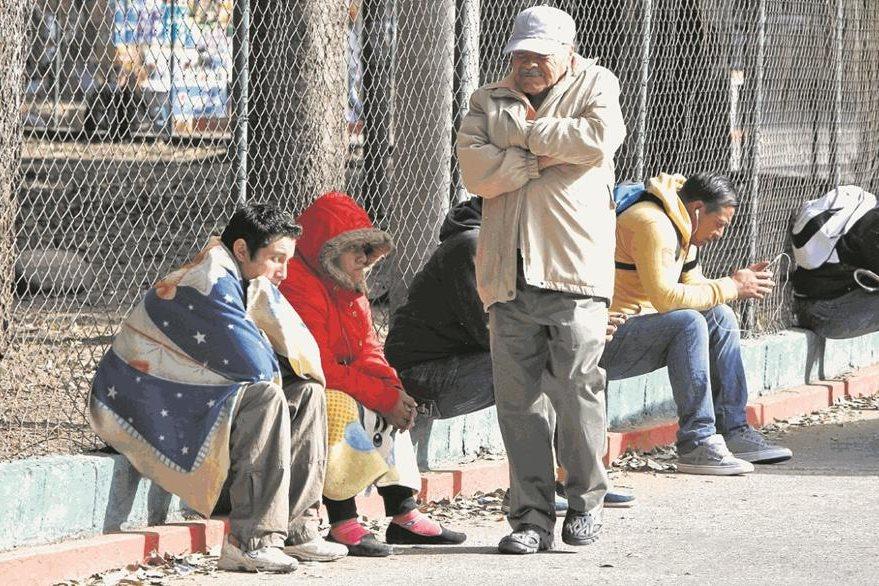 Varias personas se ven abrigadas en los alrededores del hospital Roosevelt. (Foto Prensa Libre: HemerotecaPL)