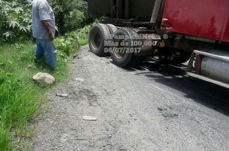 Camión descompuesto en ruta a Santa Elena Barillas. (Foto Prensa Libre: PampichiNews)