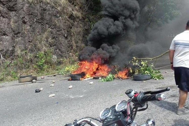 Los inconforme queman llantas para manifestar su inconformidad. (Foto Prensa Libre: Edwin Paxtor).