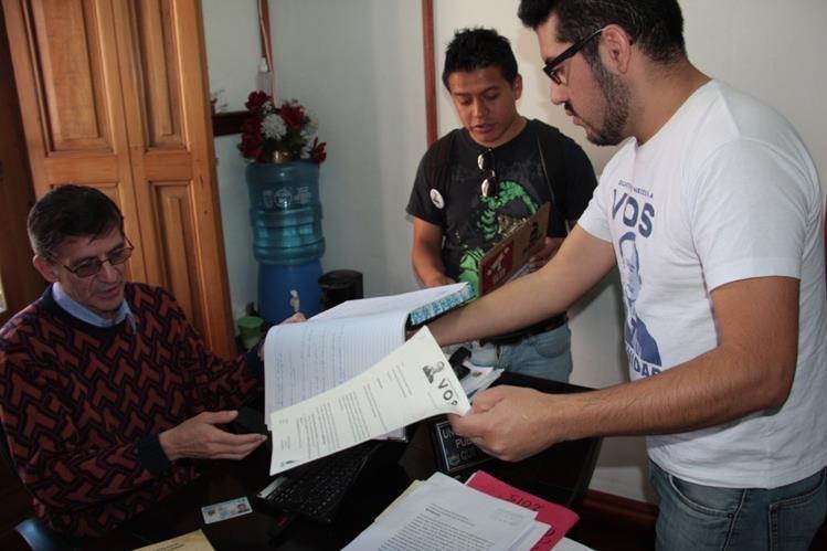 Activistas del colectivo Vos Xela solicitan información sobre obras públicas en Oficina de Información Pública de la Comuna de Xela. (Foto Prensa Libre: Carlos Ventura).