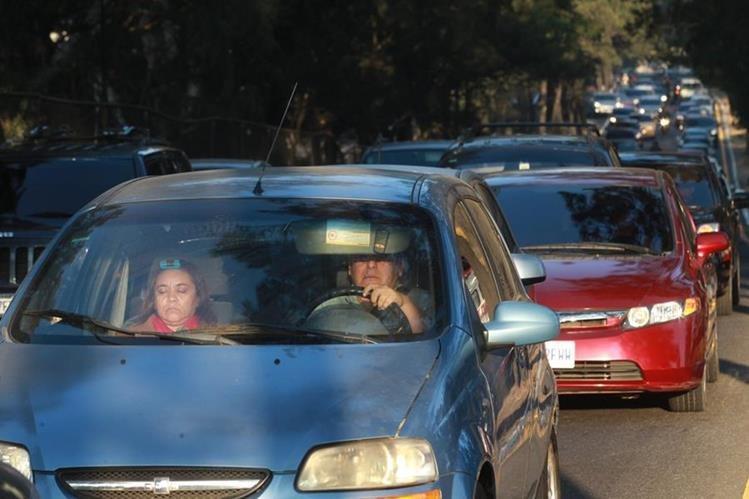 Aunque el límite de velocidad permitida es de 70 kilómetros por hora, algunos pilotos rebasan los 120 kilómetros, según Emixtra. (Foto Prensa Libre: Emixtra)