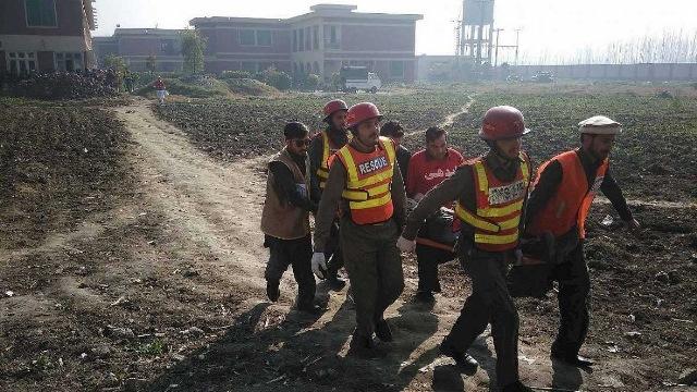 Equipos de rescate evacúan a uno de los heridos en el ataque a la universidad Bacha Jan de Charsadda, en Pakistán. (Foto Prensa Libre: AFP)