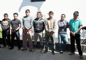 Presuntos integrantes de la banda los Rejoneros fueron capturados en Sumpango, Sacatepéquez, el miércoles último. (Foto Prensa Libre: Renato Melgar)