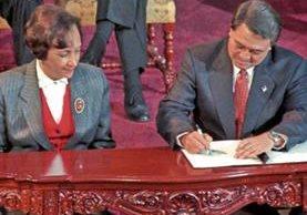 """La firma de la paz se hizo el 29 de diciembre de 1996, en uno de los patios del Palacio Nacional que ahora lleva el nombre """"de la Paz"""", y donde quedó un monumento alusivo. (Foto Prensa Libre: HemerotecaPL)"""