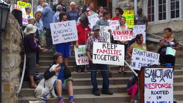Varias personas han mostrado su apoyo a los migrantes y piden que no sean deportados. (Foto Prensa Libre: EFE)