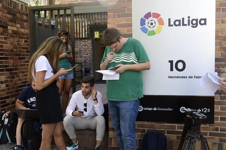 """Periodistas esperan en las afueras de las oficinas de la """"La Liga"""". (Foto Prensa Libre: AFP)"""
