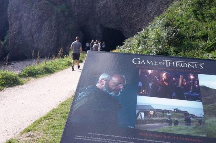 Irlanda del Norte es conocida como la Casa de Tronos, gracias a la multitud de importantes enclaves históricos que se han utilizado, como Dark Hedges y las cuevas de Cushendun en el Condado de Antrim o las montañas de Mourne en el Condado de Down, recreando algunos de los mejores momentos de la serie.