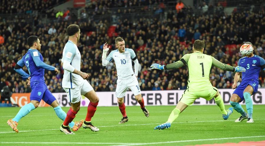 Jaime Vardy de Inglaterra (c) anota un gol durante un partido amistoso internacional entre Inglaterra y Holanda en el estadio Wembley en Londres. (Foto Prensa Libre: EFE)