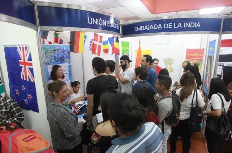 Estudiantes solicitan información de las diferentes becas que ofrece Segeplán. (Foto Prensa Libre: Estuardo Paredes)
