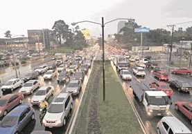 La calzada Roosevelt es una de las vías principales donde la circulación será complicada estos días. (Foto Prensa Libre: HemerotecaPL)