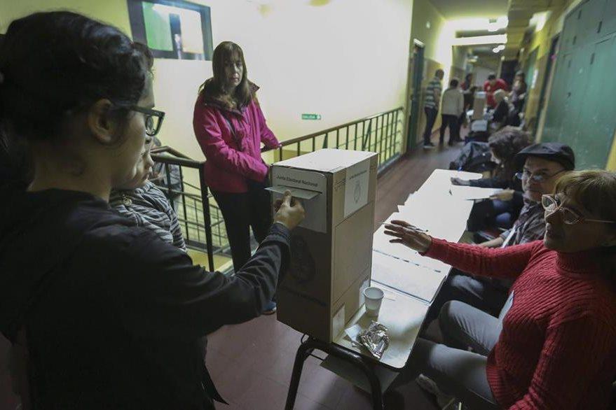 Argentinos asisten a las urnas para los comicios primarios. (Foto Prensa Libre: EFE)