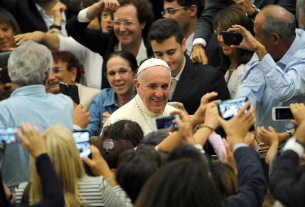 <em>El Papa Francisco saluda a la feligresía en el Vaticano.</em>