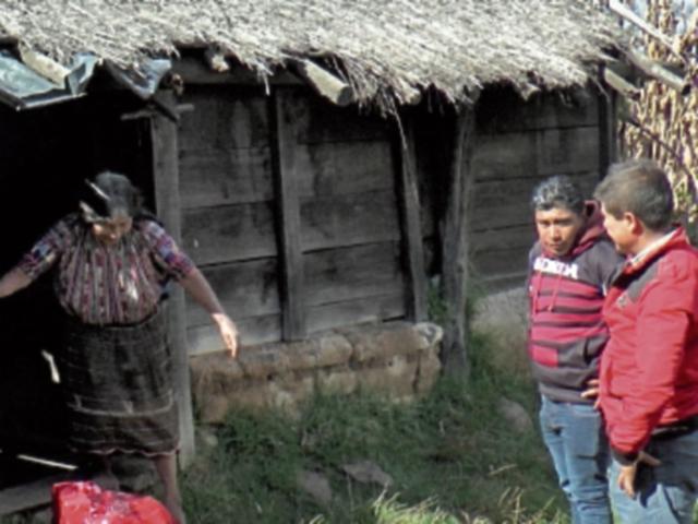 Vecina recibe canasta de víveres.