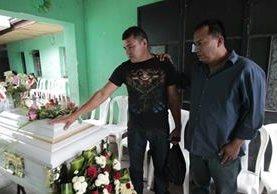 El menor es velado por sus familiares en el Barrio San Antonio en la zona 6 de la capital. (Foto Prensa Libre: Erick Ávila).