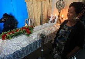 María Antonia García, abuela de Madelyn Hernández, durante el velatorio luego de recibir el cuerpo calcinado. (Foto Prensa Libre: Estuardo Paredes)