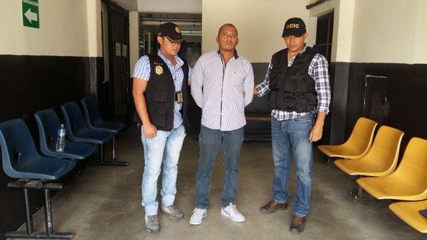 Manuel Humberto López Castillo, presunto líder de una banda de secuestradores es trasladado a un juzgado. (Foto Prensa Libre: PNC)