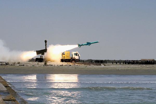 Un misil Noor de fabricación iraní tierra-mar disparado por la marina de guerra en el puerto iraní de Bandar Jask en el Mar de Omán.(Foto Prensa Libre:AFP)AFP