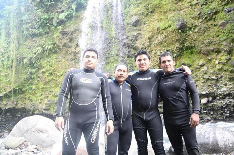 El rescatista con un grupo de compañeros de trabajo