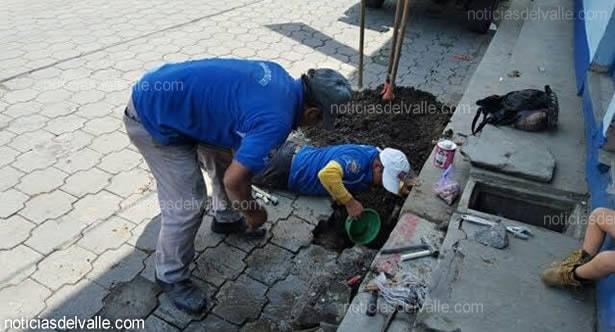 Trabajadores efectúan limpieza de tuberías del sistema de agua en San Pedro Sacatepéquez. (Foto Prensa Libre: Noticias del Valle)