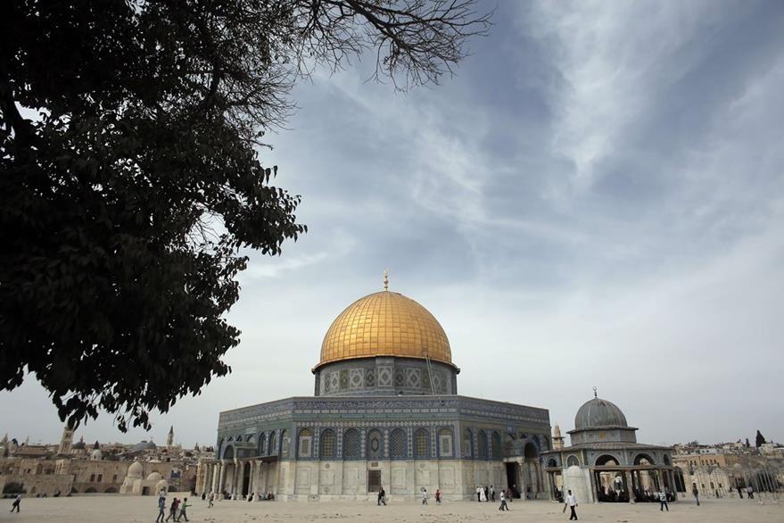 Palestinos caminan runbo al templo sagrado para el Islam en la Explanada de la Mezquita, que fue reabierta por Israel. (Foto Prensa Libre: AFP).