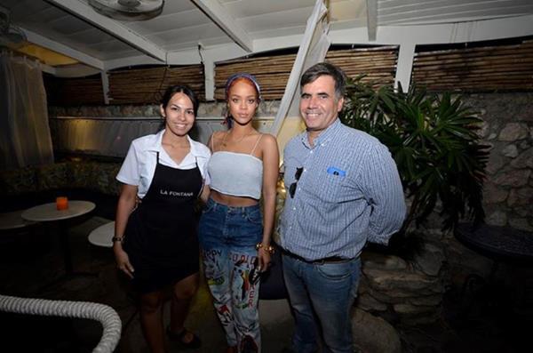 Rihanna junto a personal de un restaurante cubano. (Foto Prensa Libre: Tomada de Facebook)