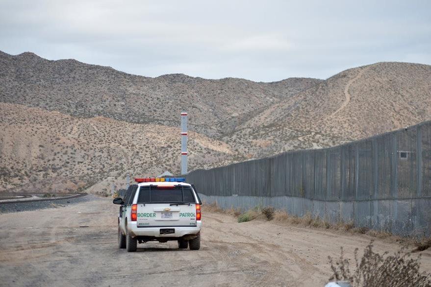 Una patrulla fronteriza vigila la zona en Sunland Park en Dallas. (Foto Prensa Libre: AP).
