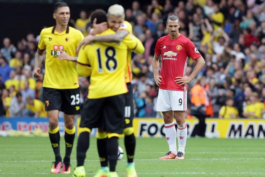 Las dos caras de la moneda. El Watford festeja y Zlatan Ibrahimovic no da crédito a lo sucedido. (Foto Prensa Libre: AP)
