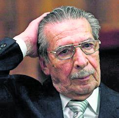 Ríos Montt gesticula al esuchar cargos, en 2015, por señalamientos de genocidio. (Foto: Hemeroteca PL)