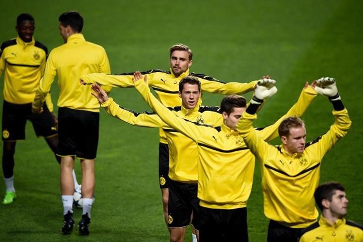 El Borusia de Dortmund decidió comprar la colina colindante a su campo de entrenamiento, desde la que aficionados y prensa observan sus entrenamientos. (Foto Prensa Libre: AFP)