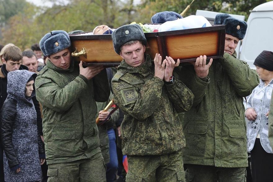 Soldados portan el cuerpo sin vida del soldado ruso Vadim Kostenko, única víctima rusa por el conflicto. (Foto Prensa Libre: EFE).