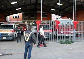 Socorristas abren subestación ubicada en la zona 3 de la ciudad de Quetzaltenango. (Foto Prensa Libre: Carlos Ventura).