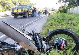 La víctima llevaba el casco colgado, a un costado de la motocicleta. (Foto Prensa Libre: Cristian I. Soto)