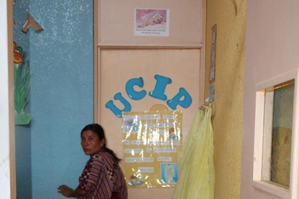 <p>Un familiar de Jairo Vicente García permanece en el área de Pediatría del Hospital Regional de Huehuetenango, donde se recupera el menor. (Foto Prensa Libre: Mike Castillo) <br></p>