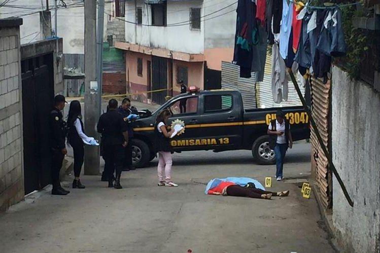 La mujer, de unos 35 años, murió en un callejón de la colonia La Joya, Santa Catarina Pinula. (Foto Prensa Libre: Cortesía)