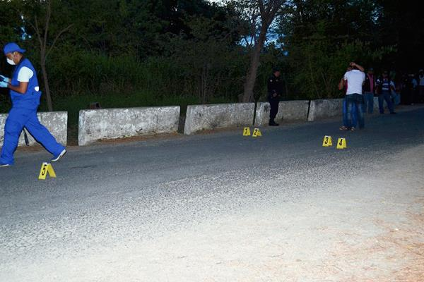 Fiscales del Ministerio Público recogen evidencias en escena del crímen, donde dos hombres murieron a balazos en la cabecera de Zacapa. (Foto Prensa Libre: Víctor Gómez)