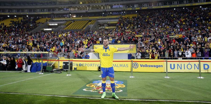 Jesé Rodríguez posa frente a la multitud que se dio cita para darle la bienvenida a Las Palmas. (Foto Prensa Libre: EFE)