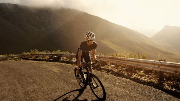 El uso de guantes puede ayudar a que las palmas de la mano no sufran cuando se practica ciclismo de montaña.(Getty)