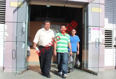 Cónsul de Guatemala en Belice, Édgar Felipe Aguilar Chan, acompaña a los hermanos García, liberados de una prisión de ese país. (Foto Prensa Libre: Rigoberto Escobar)