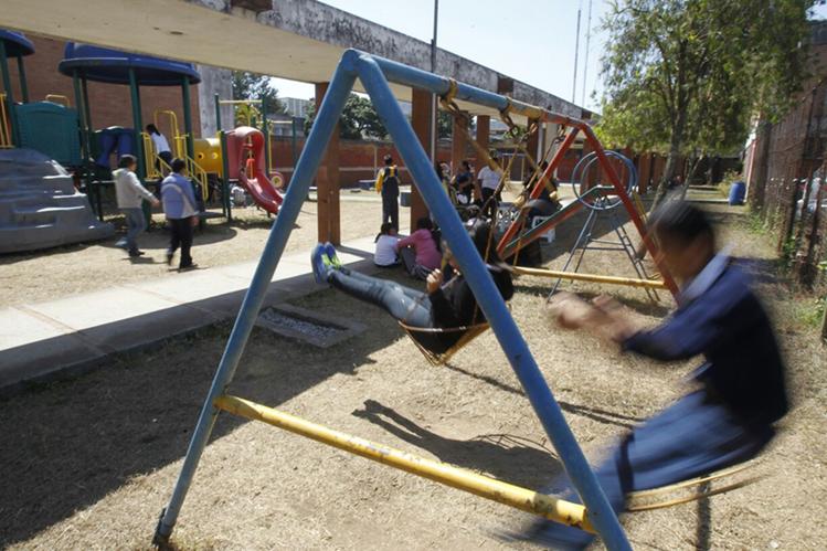 Niños juegan los columpios en el Hogar Rafael Ayau, zona 1. (Foto Prensa Libre: Paulo Raquec)