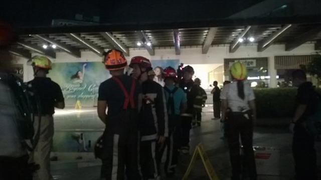 Socorristas llegan al centro comercial. (Foto Prensa Libre: Rappler)