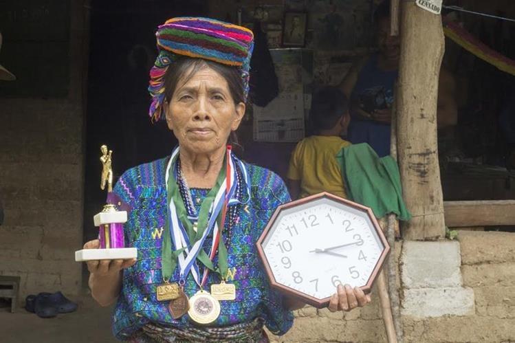 Nicolasa Coxóm muestra un de los trofeos ganados durante una carrera, en Baja Verapaz. (Foto Prensa Libre: Carlos Grave)