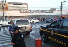 Poca presencia policías afuera del Hospital sAn Juan de Dios. (Foto Prensa Libre: Érick Ávila)