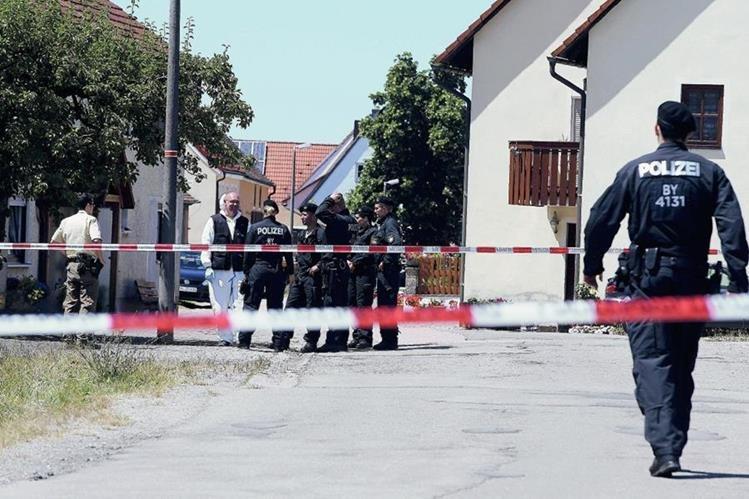 Agentes de policía inspeccionan el área donde ocurrió la balacera. (Foto Prensa Libre: EFE).