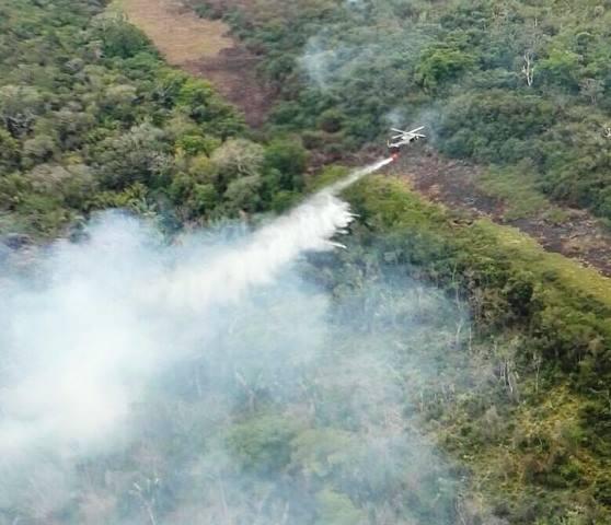 El helicóptero que envió el Gobierno de Honduras trabaja en sofocar los incendios reportados en Petén. (Foto Prensa Libre: Conap)