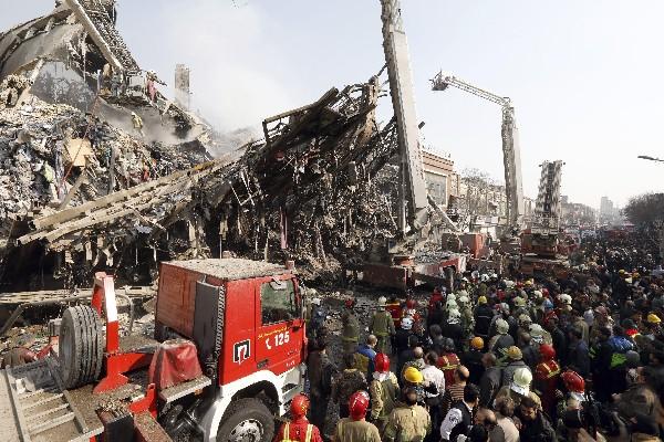 El edificio de 17 plantas que albergaba un conocido centro comercial se derrumbó en Therán,Irán. (EFE).